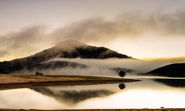 Buổi sáng mờ sương trên hồ Dankia - Suối Vàng
