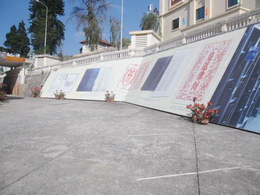 Những bản sao, tuyên ngôn được lưu trữ trên vách tường tại Trung tâm.