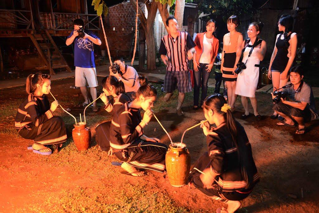 Uống rượu cần có ý nghĩa đặc biệt đối với người dân bản địa