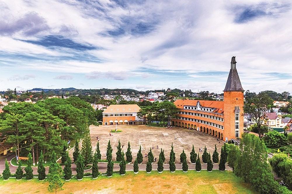 Toàn cảnh ngôi trường thu hút khách du lịch