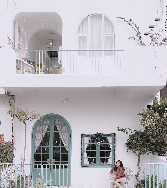 Căn nhà màu trắng nằm trên con phố yên tĩnh