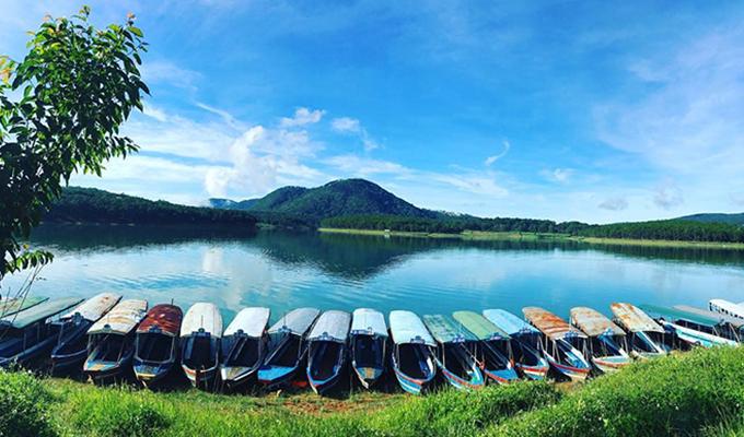 Đi thuyền trên hồ Tuyền Lâm