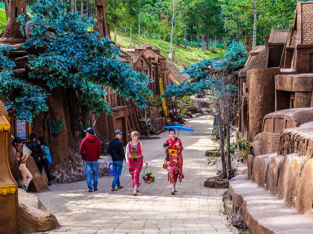 Hầm đất sét Đà Lạtđược làm từ đất sét đỏ thân thiện với môi trường
