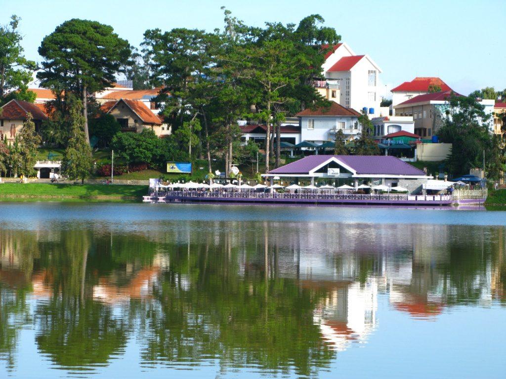 nhà hàng Thanh Thủy với màu tím mộng mơ