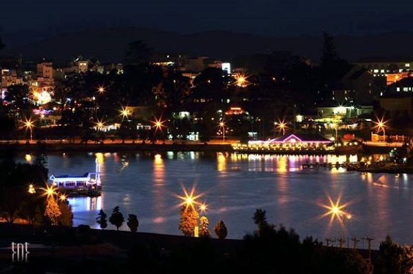 Khung cảnh Hồ Xuân Hương về đêm
