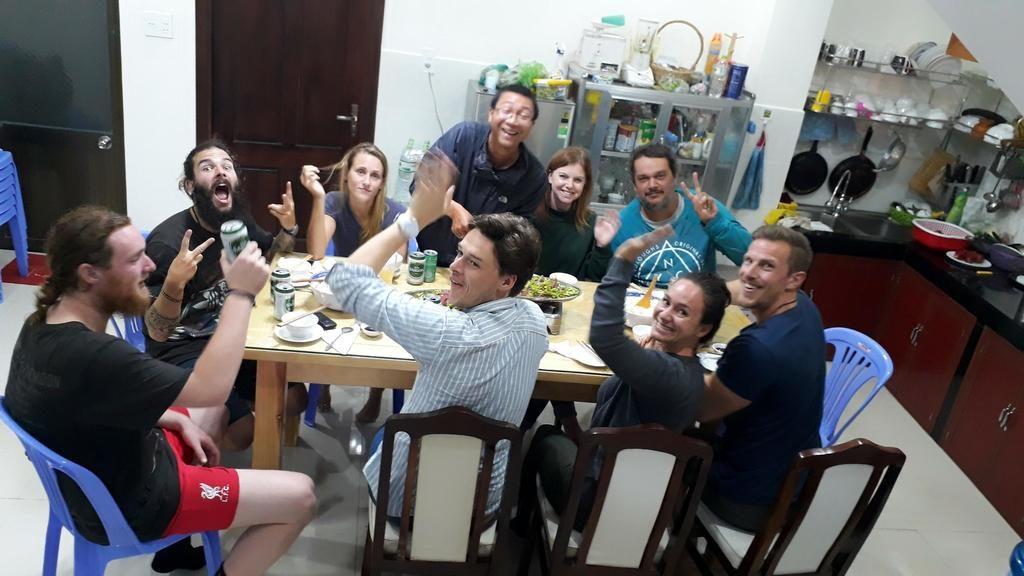 Du khách và chủ nhà vui vẻ dùng bữa