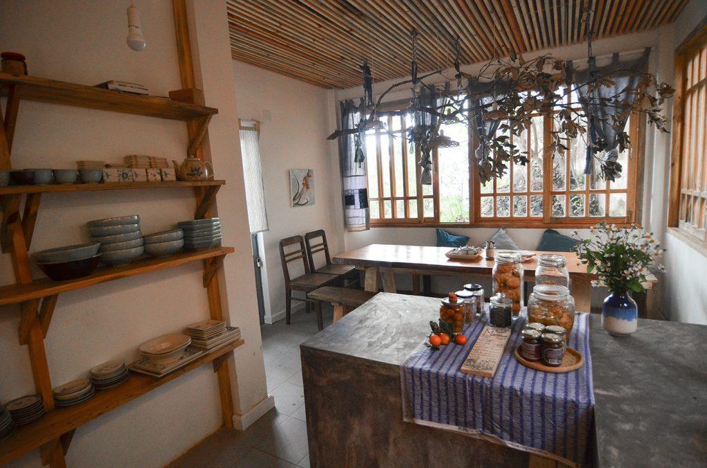 Không gian bếp làm tăng thêm phần ấm cũng cho homestay