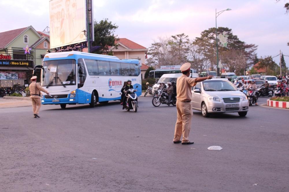 Cảnh sát giao thông điều hành việc tham gia giao thông của người dân.