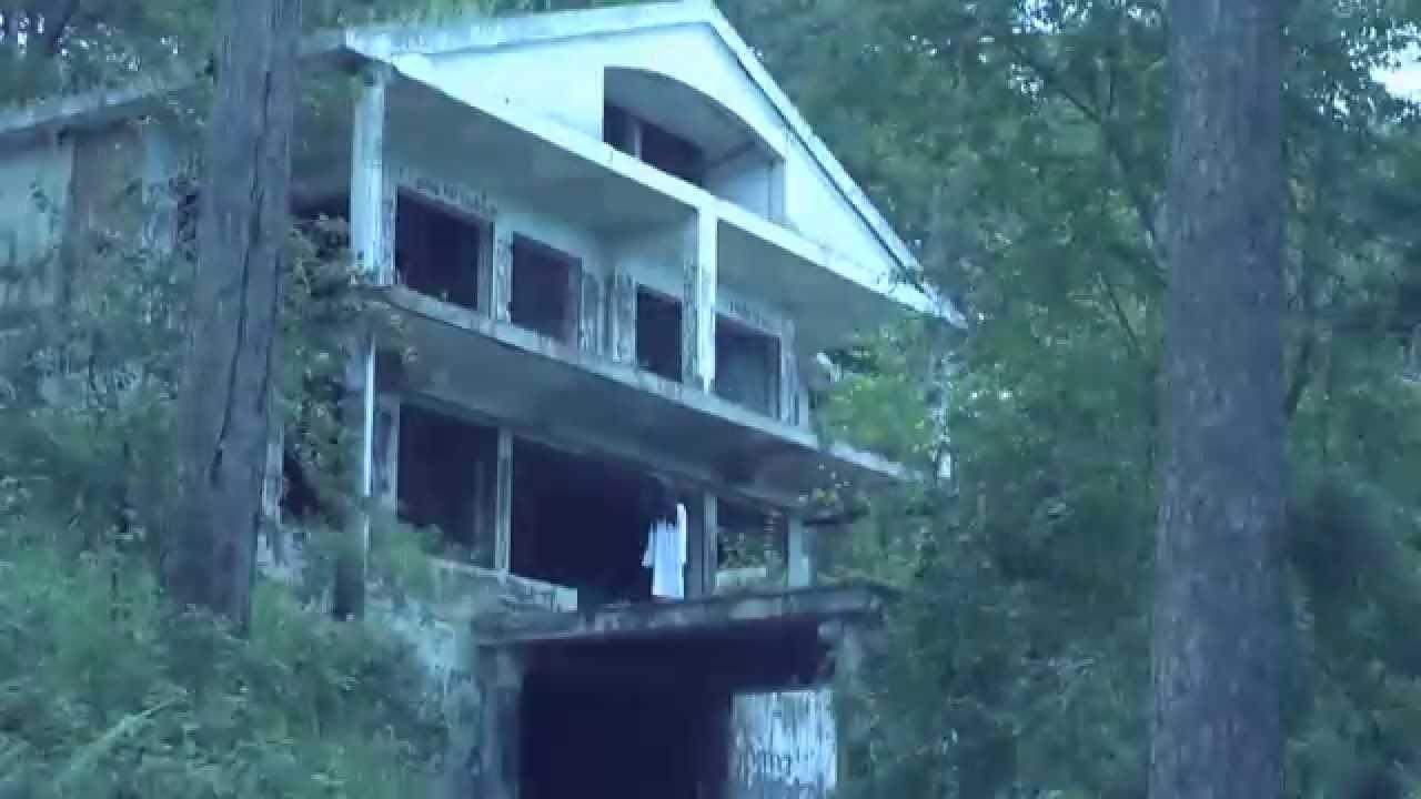 Ngôi biệt thự lớn bị bỏ hoang nằm trên đồi Prenn