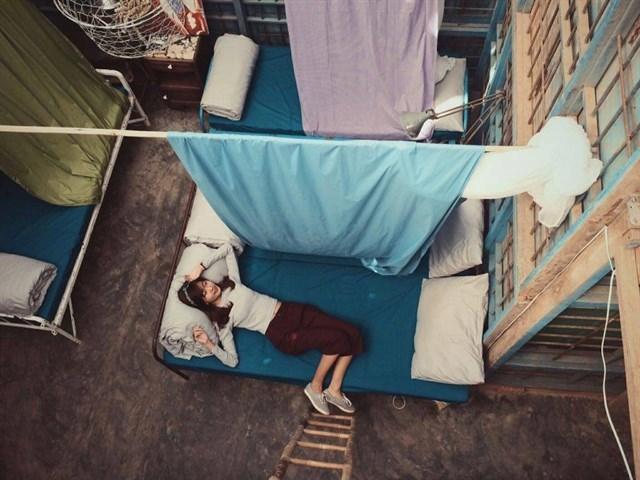 Chấp nhận sống chung và thiếu riêng tư tại nhà nghỉ tập thể.