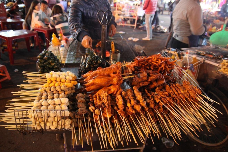 Thịt nướng ăn đêm Đà Lạt nóng hổi thơm ngon.