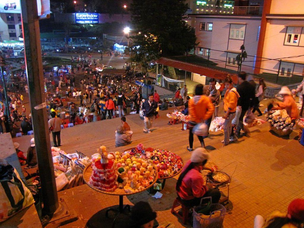 Chợ Âm Phủ còn rất đa dạng các loại bánh trái.